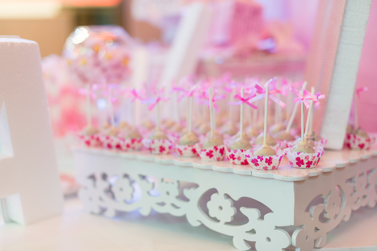Mesa dulce rosa con cake pops para bautizo musulmán