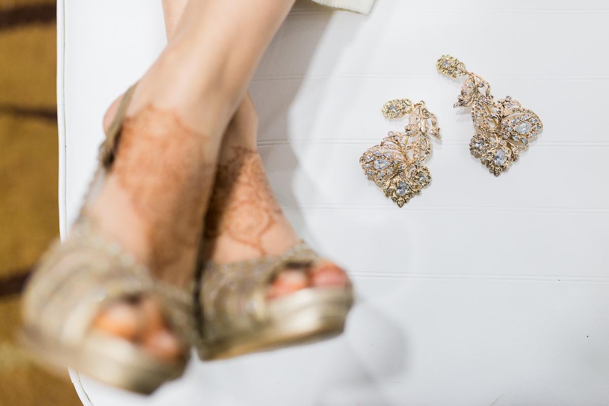 Fotógrafía artística de detalles de zapatos y pendientes de boda musulmana en Ceuta