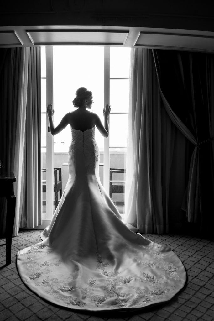 Vestido de novia elegante con cola