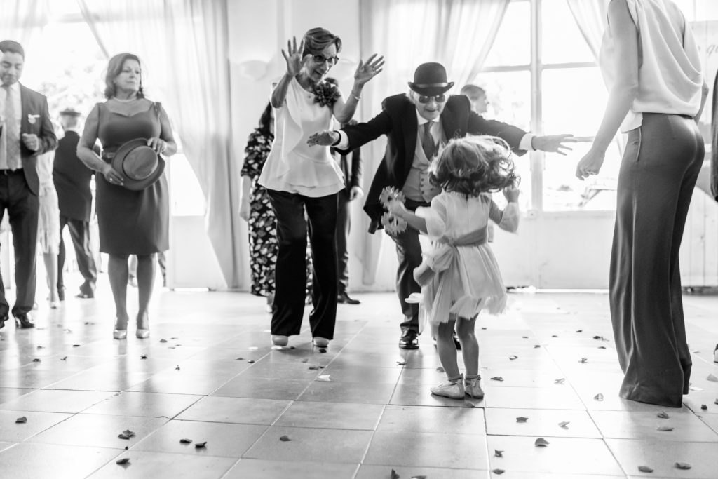 Niña e invitados de boda bailando