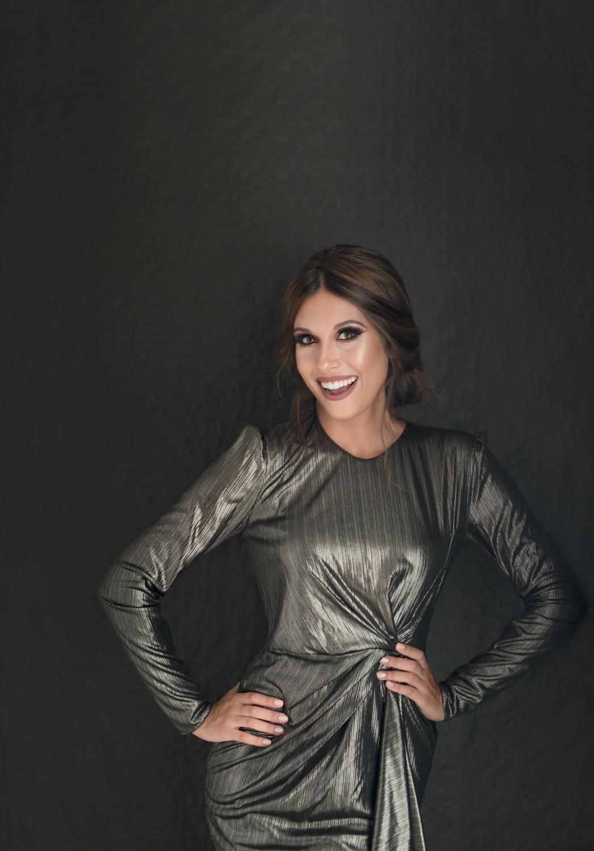 Mujer en retrato estilo portada de revista con vestido metálico