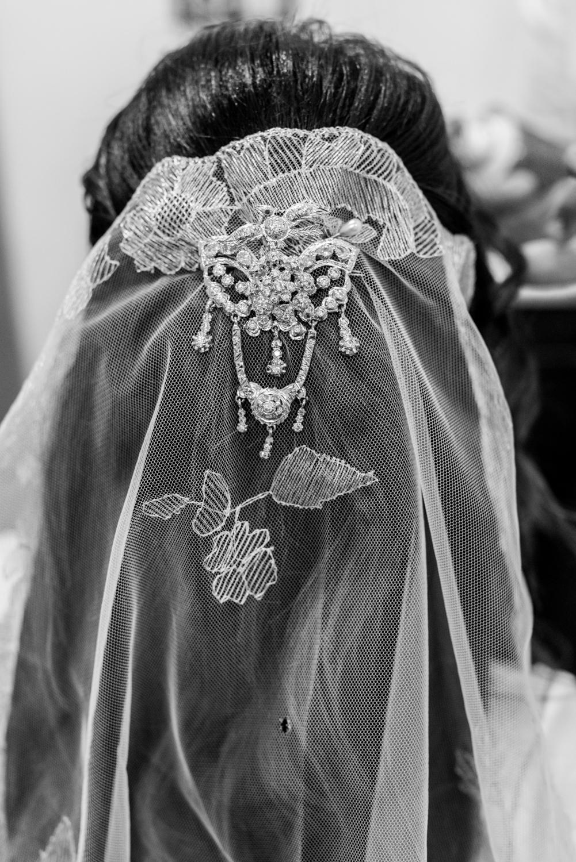 Velo bordado y joya de peinado de novia musulmana