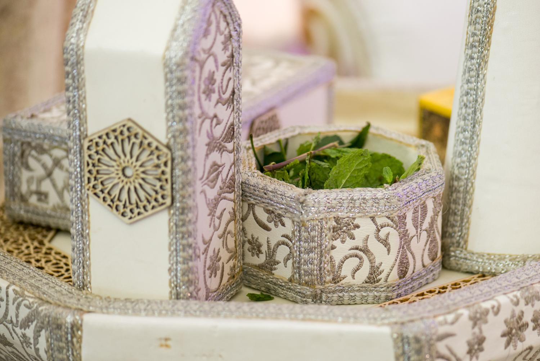 Hojas de menta y decoración de ceremonia henna en Castillejos