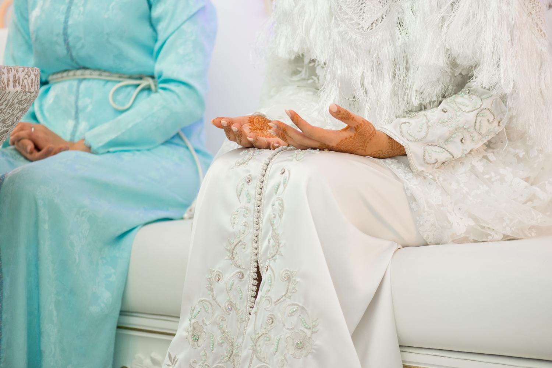 Fotografía de manos de novia en ceremonia henna