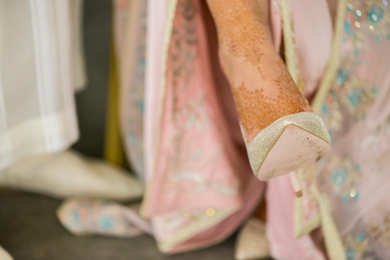 Detalle de zapatos de novia dorados Jimmy Choo y henna en el pie