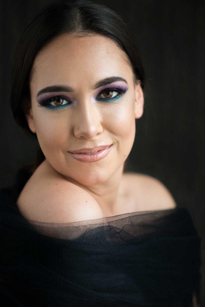 Mujer segura con maquillaje fiesta
