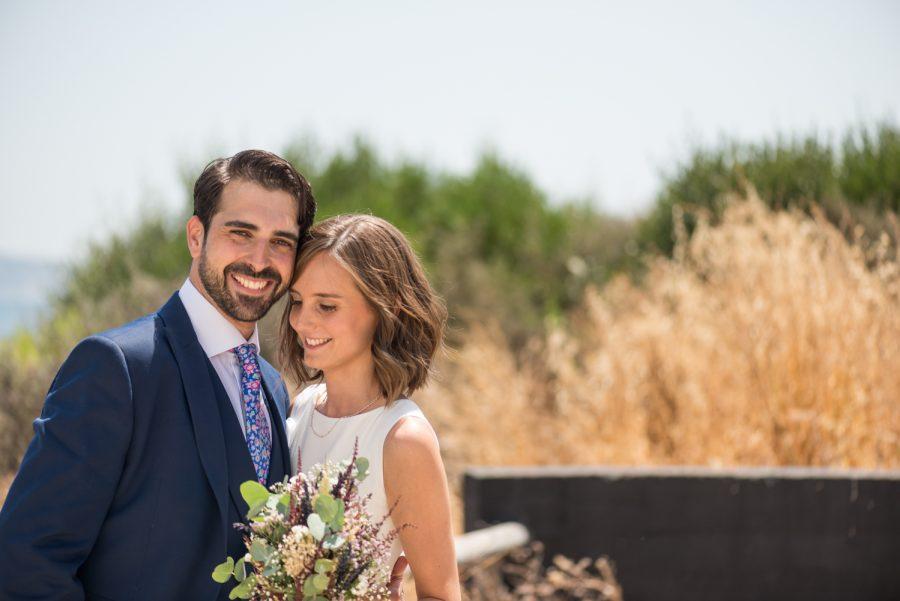Pareja de novios e boda íntima en el parque del centenario de Algeciras